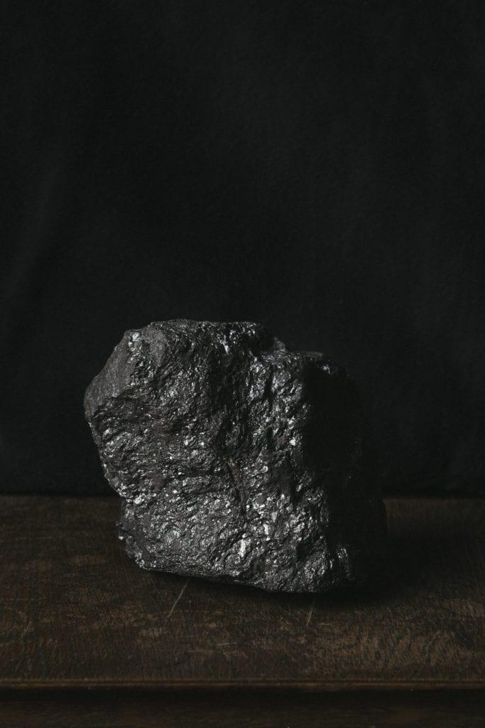 Le charbon est un combustible fossile qui se forme lorsque la matière végétale morte se transforme en tourbe.