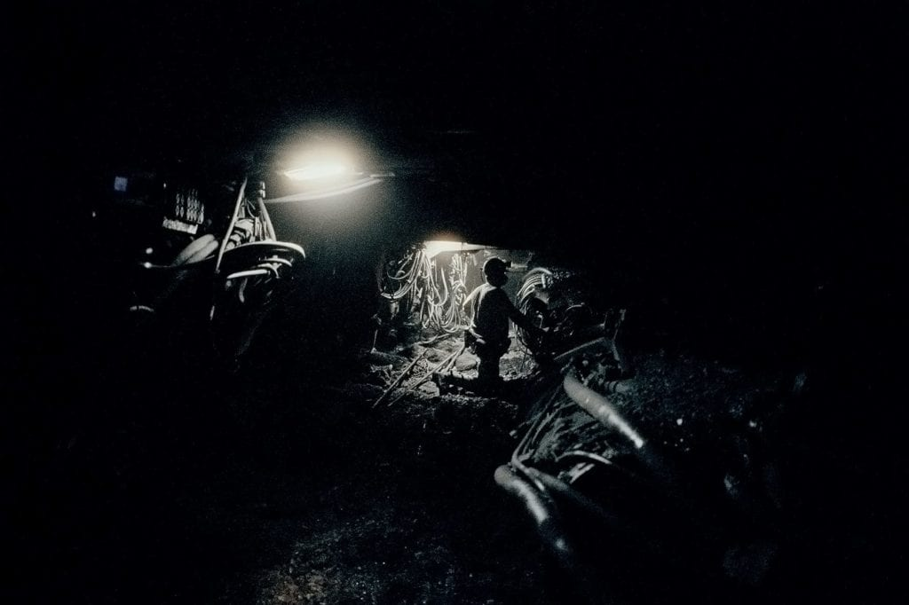 Un puissant monstre de métal se fraie un chemin de plus en plus loin dans la couture. Il découpe le charbon jour et nuit. Auparavant, Hauer travaillait avec un marteau et un ciseau; un métier à risque. Aujourd'hui, seulement quelques hommes suffisent pour guider les machines. Ils posent des supports en acier en bois pour que les 1200 mètres de montagne au-dessus de leur tête ne s'effondrent pas.