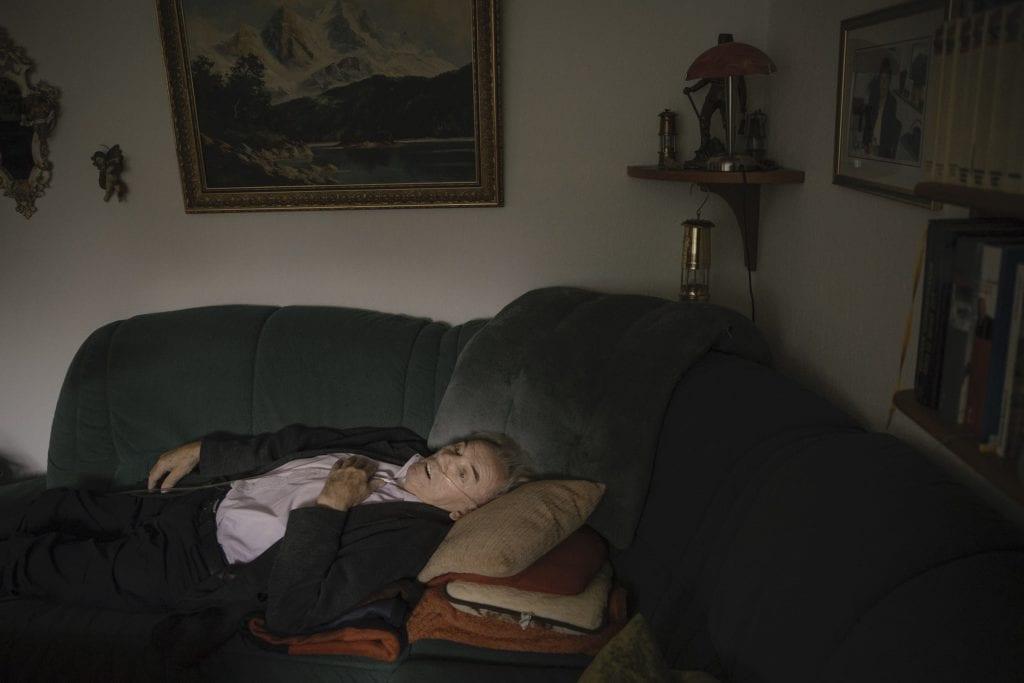 Alfons, un mineur retraité se bat contre les conséquences douloureuses du métier. Les particules de charbon qu'il a respiré se sont transformées en silicose puis en cancer. Sa maladie a été reconnue comme maladie professionnelle. Alfons Alker est décédé en octobre 2019.