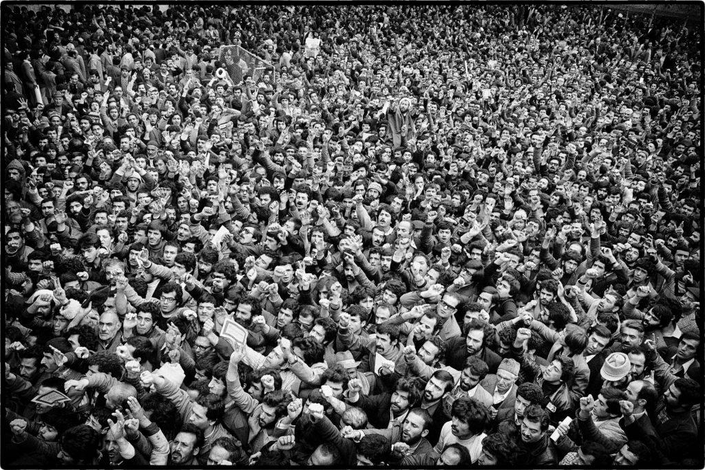 Foule d'hommes devant l'école où est installé le quartier général de l'ayatollah Khomeyni à son retour d'exil. Téhéran, 2 février 1979