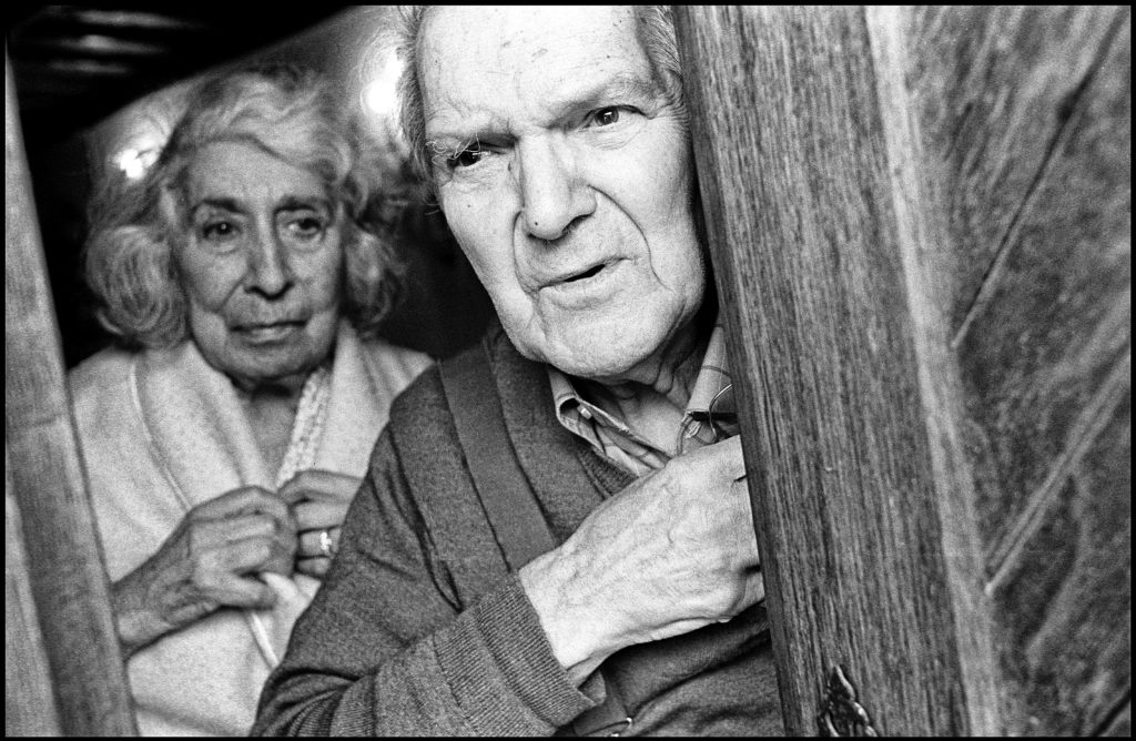 Mes parents à la porte de leur maison. Igny, avril 2002