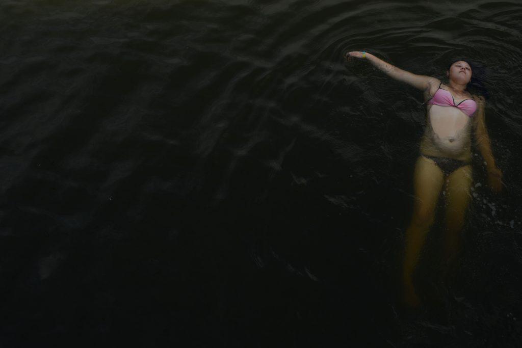 Portrait de Vala, une jeune fille de 16 ans qui se baigne avec ses amis l'été dans l'étang de la ville -l'eau est prélevé de la riviére Seversky Donets- Schastya, Est de l'Ukraine, 2016-07-01