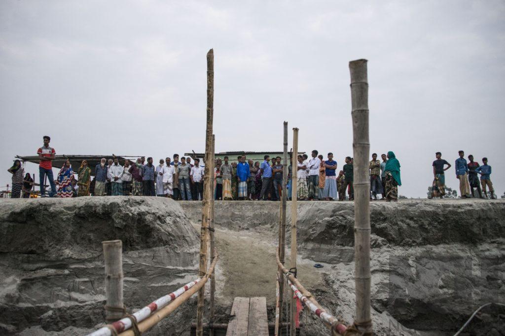 Des patients attendent d'être pris en charge devant le bateau-hôpital de Friendship. Char Shakhahati, Chilmari, Kurigram, Bangladesh, Octobre 2019.